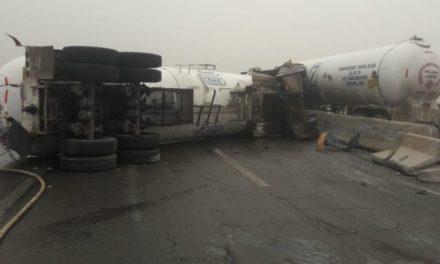 Vuelca pipa de gas LP sobre la carretera Mexicali-San Luis