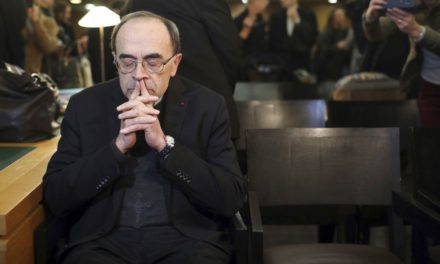 Francia juzga a cardenal en mayor caso de abusos en el país