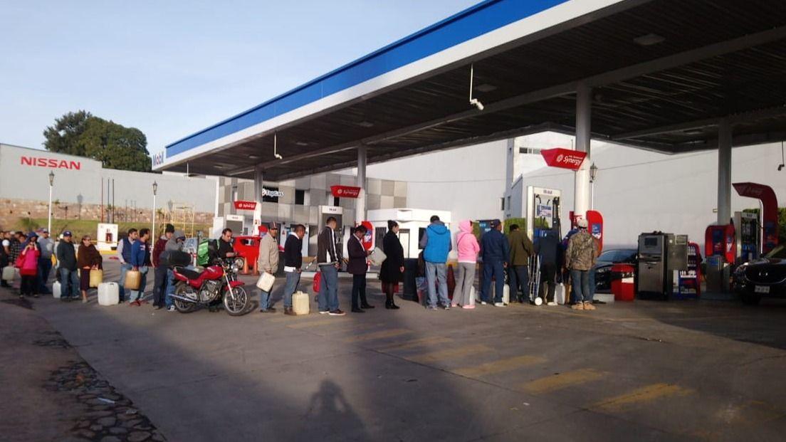 Filas de más de un kilómetro para comprar gasolina en Guanajuato