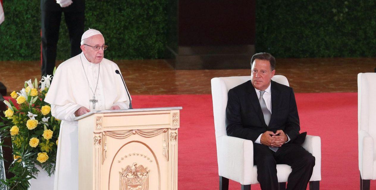 """Papa Francisco llama a políticos a vivir con """"austeridad y transparencia"""""""