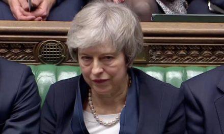 Dicen 'No' al Brexit de May y ella está en la 'tablita'…