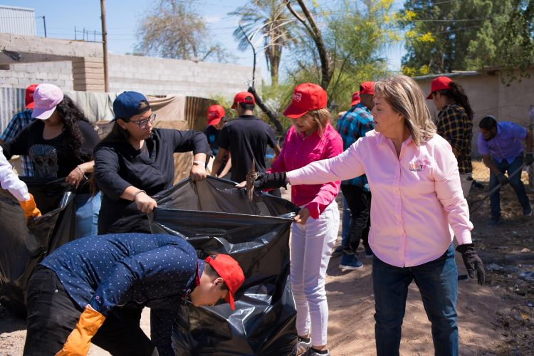 Lupita Gutiérrez hace el reto de limpiar Mexicali