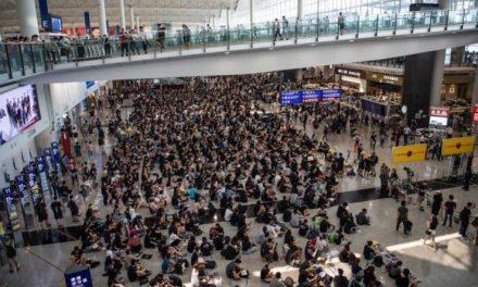 Manifestantes regresan al aeropuerto internacional de Hong Kong