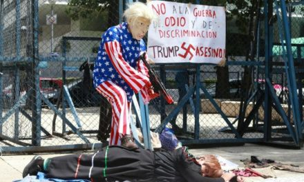 """Protestan frente a embajada de EU por """"crimen de odio"""" de El Paso"""