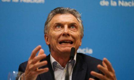 Macri anuncia alza al salario, congelamiento del precio de gasolinas y becas tras derrota en Argentina