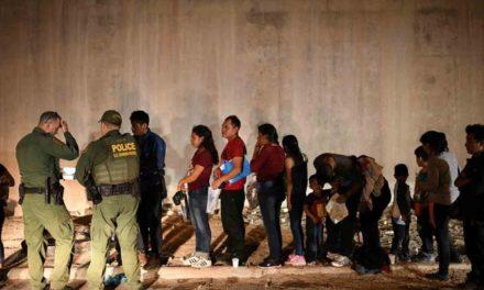 Policías de EU piden a migrantes que confíen en ellos