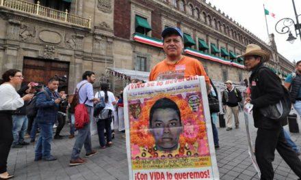 Padres de los 43 piden enjuiciar a Murillo y Zerón de Lucio