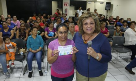 Dip. Triny Vaca entrega apoyos escolares a residentes del IV Distrito
