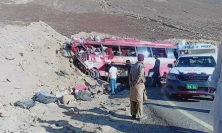 Choque de autobús en Pakistán deja 26 muertos