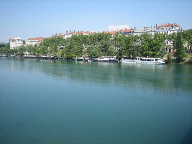 Descubren sustancias cancerígenas en río de Francia