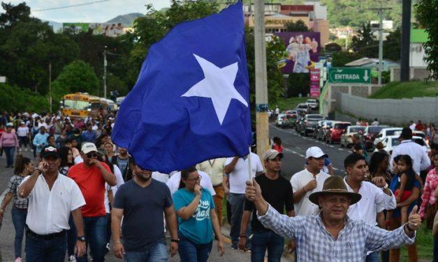 Exigen en Honduras renuncia del presidente por vínculos con el narco