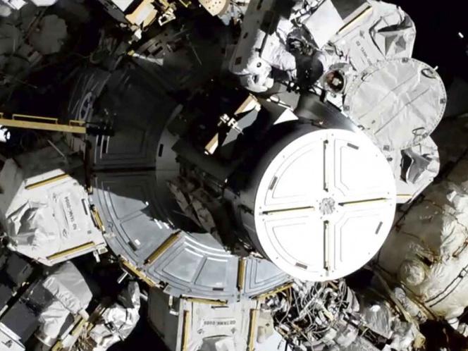 Realizan primera caminata espacial exclusivamente de mujeres