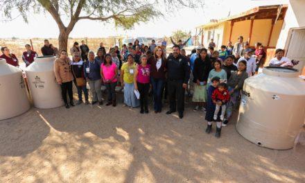 Entrega Alcaldesa contenedores para agua a residentes de El Colorado I